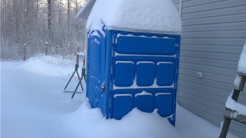 Пластиковый туалет на морозе