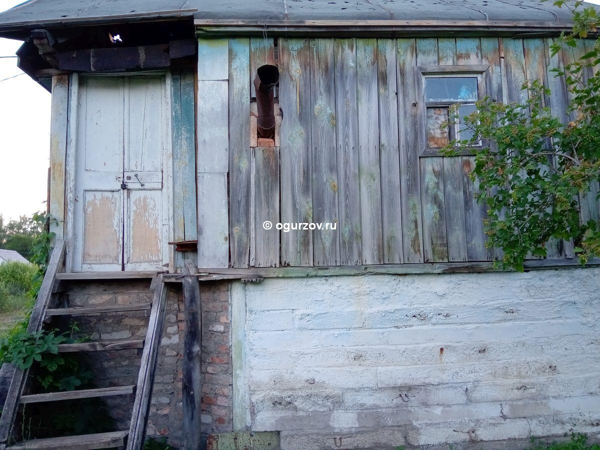Дачный домик на высоком цоколе
